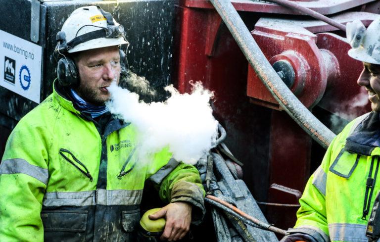 PUST I BAKKEN: Greit med en liten pause av og til. Her er det boreriggoperatørene Bård Magnus Dalen (t.v.) og Truls Omland Aasheim som trekker litt luft. (Foto: Runar F. Daler).