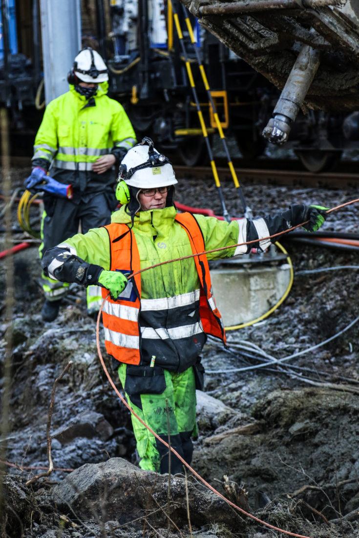 JORDING: Elektriker og hovedsikkerhetsvakt Carl Enger med kobberledningen – selve jordingskabelen – som han skal tre ned i hullene som bores. (Foto: Runar F. Daler).