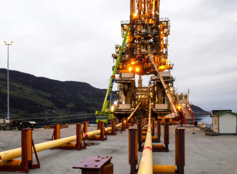 Her har et spesialskip lagt til kai og begynt å rulle rørene opp på gigantiske tromler. Det går 16-17 kilometer rør på hver trommel. (Foto: Mardahl Maskin).