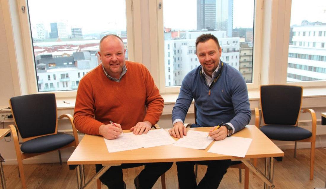 Garda Sikring ved Johan Aas (f.v.) signerer samarbeidsavtale med Stanley Security ved Thomas Magnussen. (Foto: Garda Sikring AS).