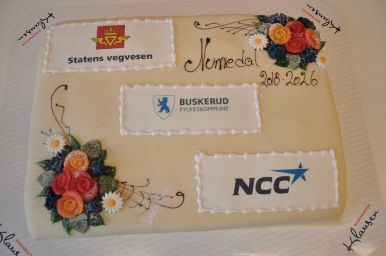 NCCs største driftskontrakt ble naturligvis feiret med kake. (Foto: Statens vegvesen).