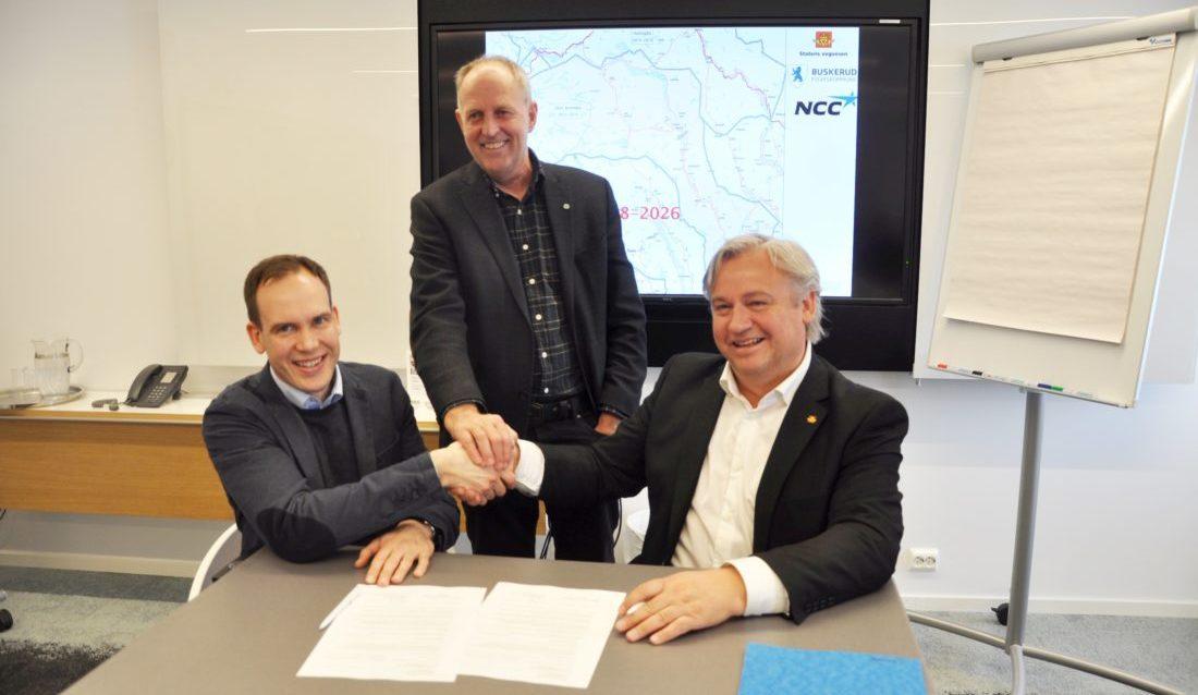 Fra kontraktsigneringen. Fra venstre: Direktør Anders Høvik i NCC, fylkesvaraordfører Olav Skinnes og regionveisjef Kjell Inge Davik. (Foto: Statens vegvesen).