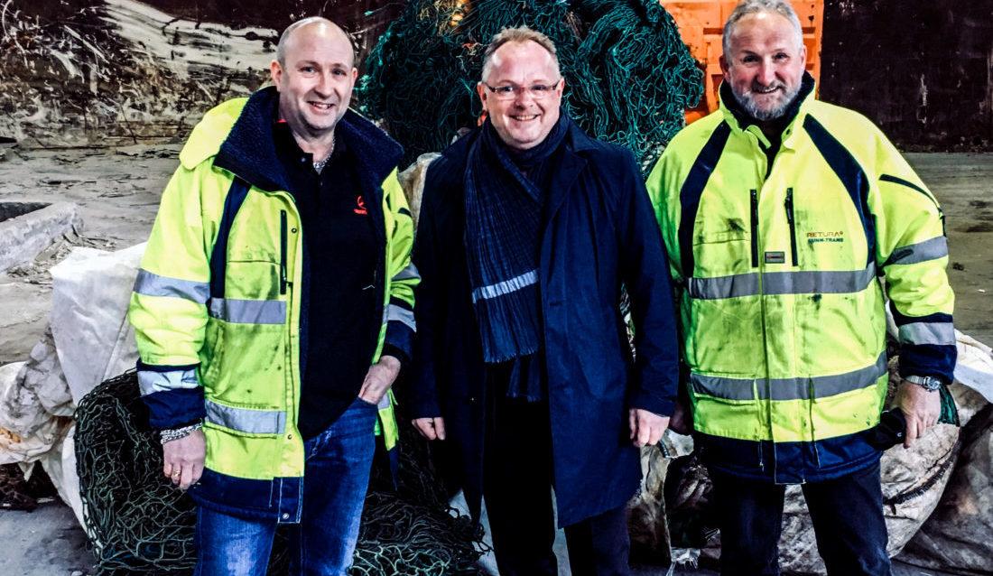 SAMMEN MOT HAVAVFALL: Fiskeriminister Per Sandberg, flankert av brødrene Roger (t.v.) og Thor Hurlen, som driver Sunn-Trans AS. (Foto: Sverre Huse-Fagerlie).