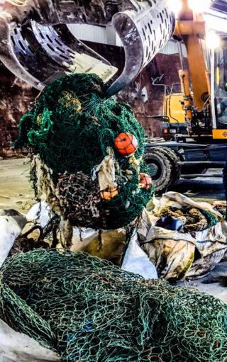 IKKE BARE FISK I GARNET: Fiskeflåtene drar opp mye avfall sammen med fisken, hovedsakelig not, tauverk og garn. «Fishing for litter» (FFL) skal bidra til å redusere mengden avfall i havet. (Foto: Sverre Huse-Fagerlie).