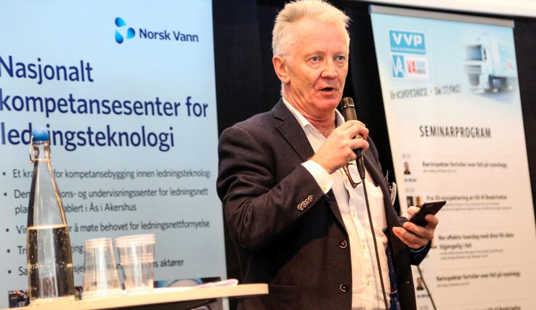Daglig leder for VA- og VVS-produsentene (VVP), Bjarne Haugland, på scenen under VA Tour Norge i Oslo. (Foto: Runar F. Daler).