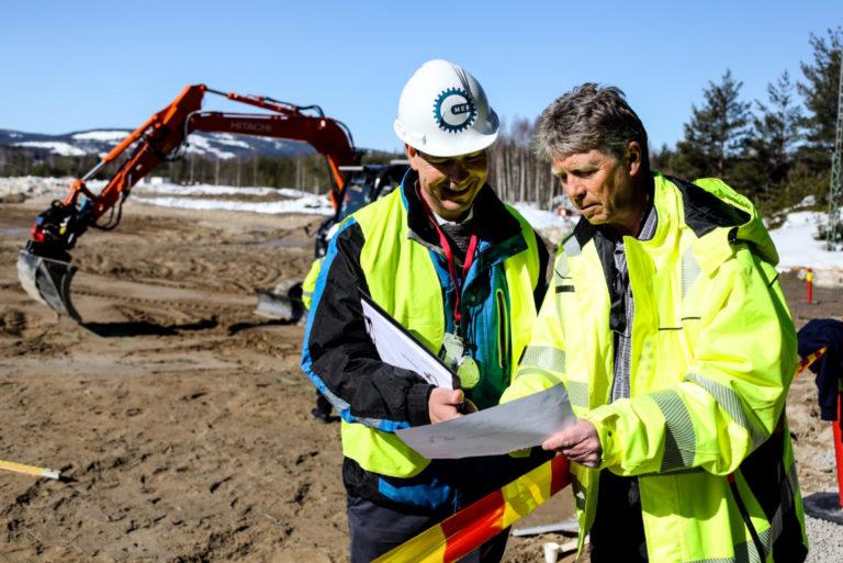 NØYE: Rune Lia, opplæringskonsulent i OKAB, og Henning Olsen (t.h.), avdelingsleder ved Solør videregående skole, diskuterer scoringsskjemaet underveis i konkurransen. (Foto: Runar F. Daler).