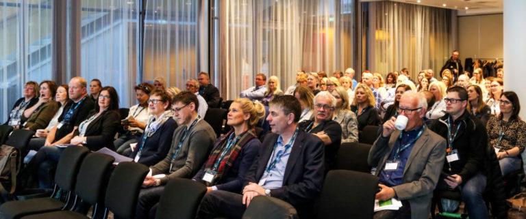 SOM TENTE LYS: Forsamlingen av MEF-bedrifter fulgte oppmerksomt med, for det kan være lurt å kjenne til de nye reglene. (Foto: Runar F. Daler).