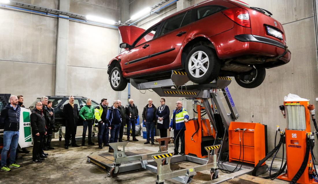 VED VEIS ENDE: Her står en slukøret gammel Renault klar for bli tappet for alle slags væsker, før den skal sendes videre til sorteringskverna. (Foto: Runar F. Daler).