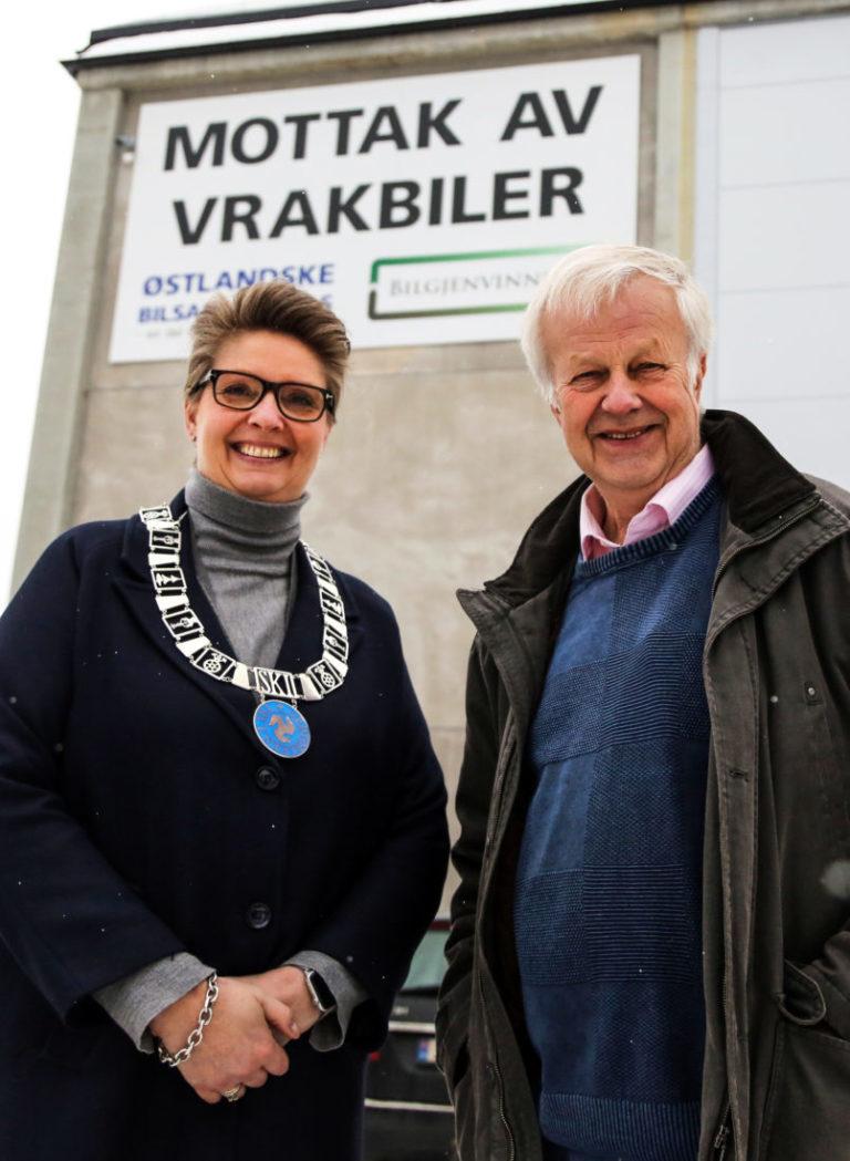STRÅLER OM KAPP: Ordføreren i Ski kommune, Hanne Opdan, og daglig leder i Follo Truckutleie, Bjørn Arvid Prytz, var i strålende humør på åpningsdagen. (Foto: Runar F. Daler).