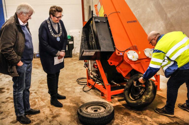FØLGER MED: Ordfører Hanne Opdan følger spent med når maskinen pressen sammen felgen og fjerner gummien. Bjørn Arvid Prytz har sett det før. (Foto: Runar F. Daler).