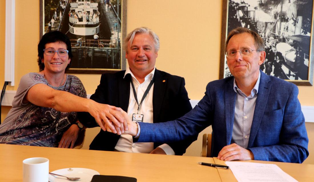 Regionvegsjef Kjell Inge Davik inngikk kontrakten verdt 800 millioner kroner med administrerende direktør Kurt Opseth i Mesta AS. Samferdselssjef Hildegunn Sørbø i Telemark fylke er godt fornøyd med kontrakten. (Foto: Tor Arvid A. Gundersen).