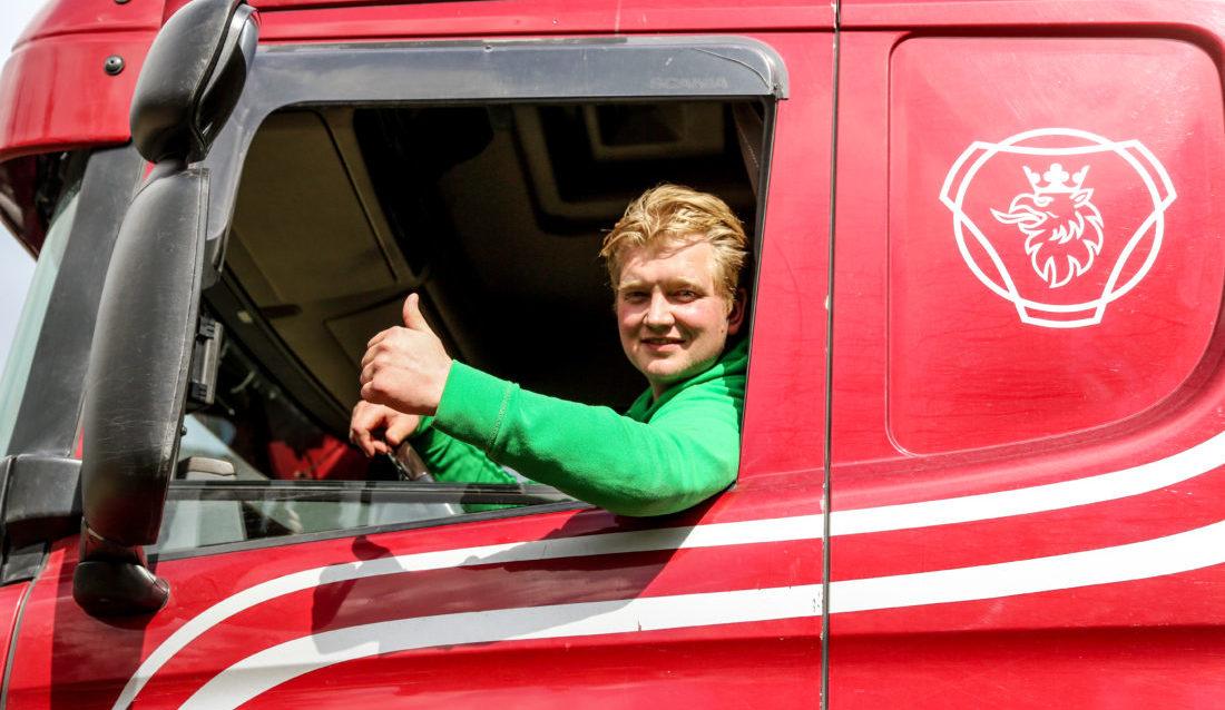 I SITT RETTE ELEMENT: Knut Andreas Støle (32) har vært nesten 11 år i Buskerud Graving og Transport AS, og han trives som plommen i egget. At han er døv, er sjelden noe tema. (Foto: Runar F. Daler).
