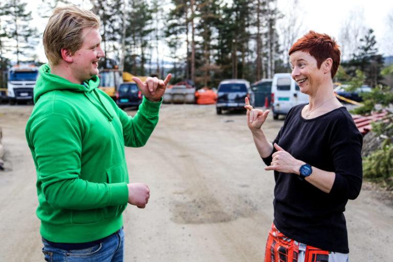 TEGNSPRÅK: Takket være døvetolken Gry Aamodt, er det ingen sak å intervjue Knut Andreas. (Foto: Runar F. Daler).