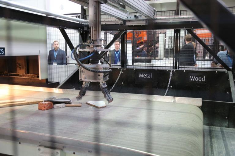 Finske Zen Robotics, som bl.a. har et anlegg i drift i Malmö, går ut på å programmere én enkelt robotarm til å lynraskt og presist sortere ut en rekke ulike materialer fra et avfallsbånd. (Foto: Runar F. Daler).