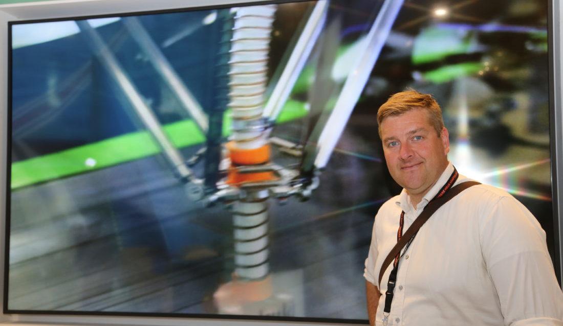 MEFs fagsjef for avfall og gjenvinning, Sverre Huse-Fagerlie, forklarer hvorfor han tror sorteringsrobotene vil få innpass på det norske markedet. På skjermen bak vises robotløsningen fra nederlandske Bollegraaf (Foto: Runar F. Daler).