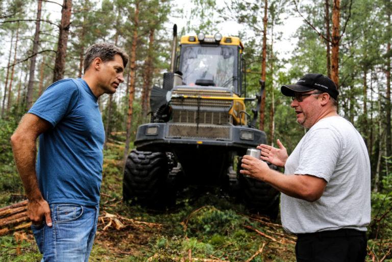KRITISKE: Bjørn Lauritzen (fagsjef skog i MEF, til venstre) og Tor Martin Næss (medeier og skogsmaskinfører i Næss AS) er sterkt uenig i at paragraf 3 annet ledd i permitteringslønnsloven ikke kommer til anvendelse, da sommerens ekstreme skogbrannsituasjon må defineres som en naturomstendighet som skogsentreprenørene verken kunne forutsi eller tilpasse seg. (Foto: Runar F. Daler).