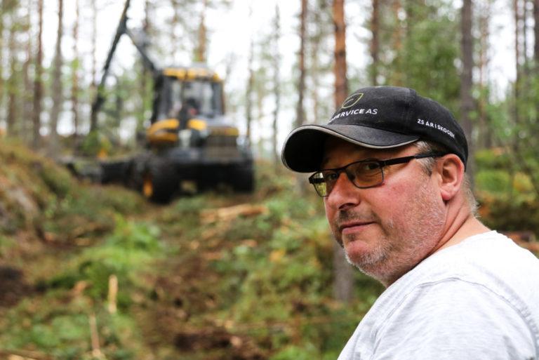 EKSEPSJONELT: Jeg har jobba i skogen siden 1993 og jeg har aldri opplevd en slik sommer tidligere. Mange sleit med masse snø i vinter, og så gikk det nesten rett over i denne sommeren. Det har vært helt eksepsjonelt, sier Tor Martin Næss. (Foto: Runar F. Daler).