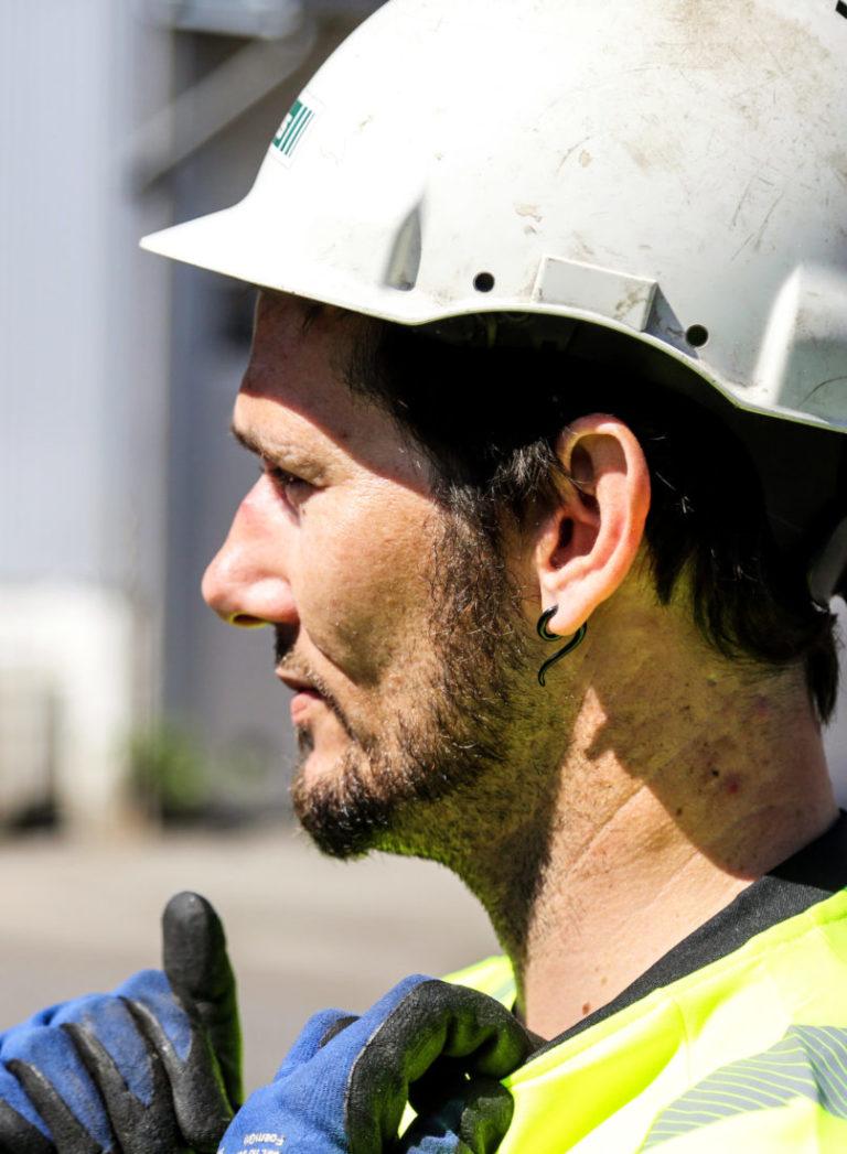 Morten ble fast ansatt som driftsoperatør i hos Franzefoss Gjenvinning i Kristiansand bare et par dager før Anleggsmaskinen var på besøk. (Foto: Runar F. Daler).