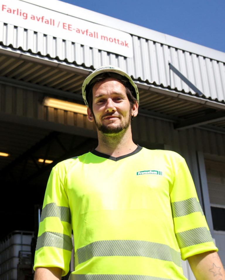– Det er greit å ha et høyt energinivå, så lenge man bruker det til noe positivt, smiler Morten. Han tilbringer mesteparten av arbeidsdagene i hallen for farlig avfall i bakgrunnen. (Foto: Runar F. Daler).