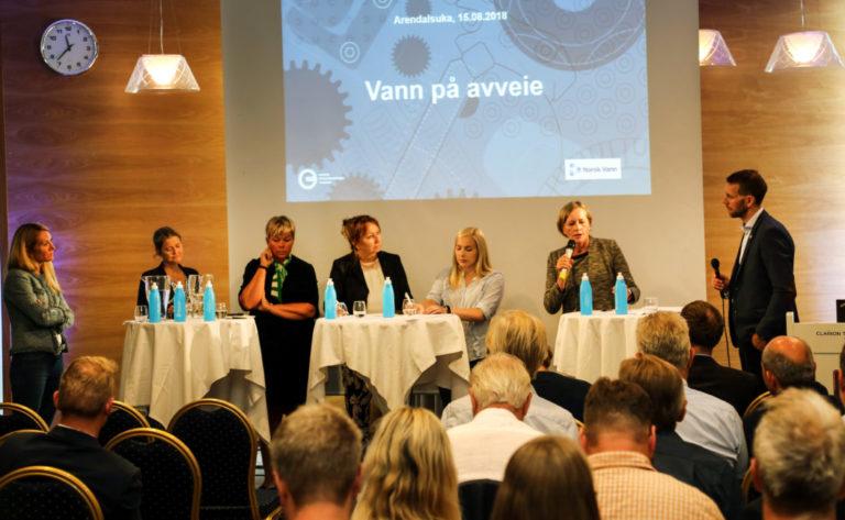 Debattpanelet under konferansen Vann på avveie, besto av, fra venstre: Julie Brodtkorb (adm.dir MEF), Grethe Helgås (seksjonsleder NVE), Hege Haukeland Liadal (stortingsrep. AP), Gunn Marit Helgesen (styreleder KS), Mari Holm Lønseth (stortingsrep. H) og Toril Hofshagen (adm. dir. Norsk Vann). Debatten ble ledet av Håvard Almås, kommunikasjonssjef MEF (helt til høyre). (Foto: Thomas L. Jørgensen, Norsk Vann).