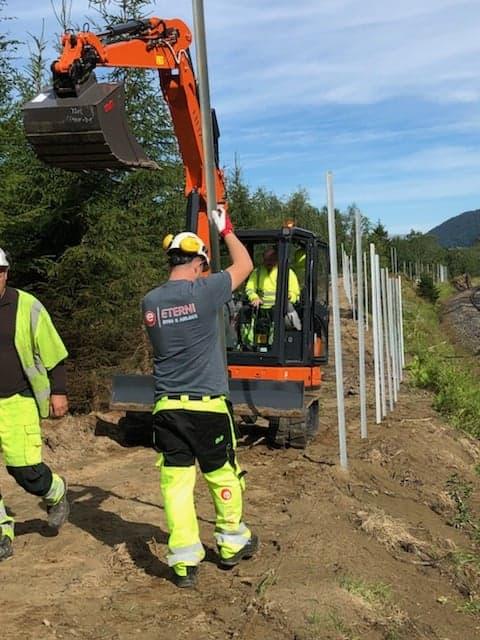 Arbeidet med å sikre strekningen er allerede godt i gang, og målet er at strekningen skal være ferdig allerede i utgangen av november i år. (Foto: Garda Sikring).