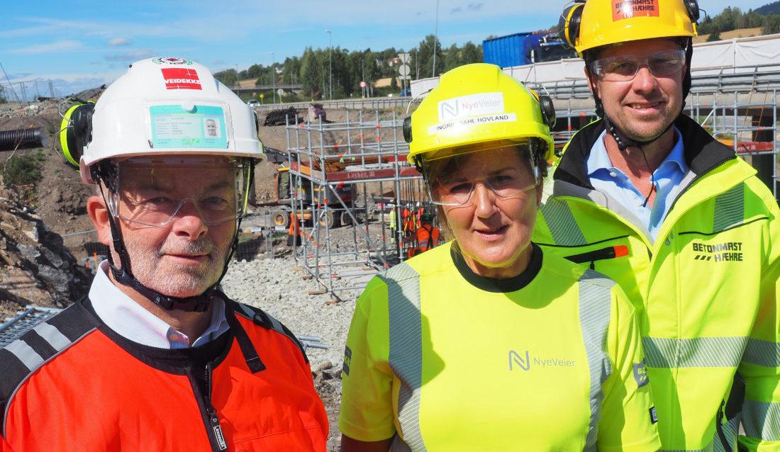 Arne Giske (konserndirektør Veidekke), Ingrid Dahl Hovland (administrerende direktør Nye Veier) og Jørgen Evensen (konsernsjef BetonmastHæhre). (Foto: Nye Veier).