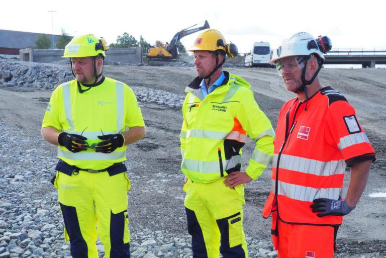 Øyvind Moshagen (Nye Veier), Jørgen Evensen (BetonmastHæhre) og Neal Alexander Nordahl (Veidekke). (Foto: Nye Veier).