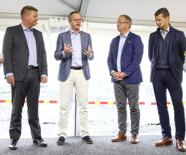 – Jeg stolt over svensk industri. Dette er fremtidens teknologi. Når svensk industri ligger i framkant, så skapes det arbeidsplasser, sa den svenske nærings- og innovasjonsministeren Mikael Damberg (nr. 2 fra venstre). Her fra den offisielle åpningen av Electric Site, sammen med Anders Danielsson, adm.dir. Skanska (t.v.), Martin Lundstedt, adm. dir. Volvo (nr. 2 fra høyre) og Melker Jernberg, adm. dir. Volvo CE (t.h.). (Foto: Runar F. Daler).
