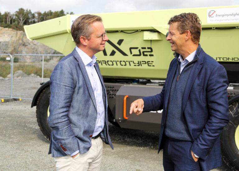 Den svenske nærings- og innovasjonsministeren Mikael Damberg (t.v.) og Melker Jernberg, adm. dir. i Volvo CE foran prototype HX2, en selvgående, batteridrevet dumper. (Foto: Runar F. Daler).