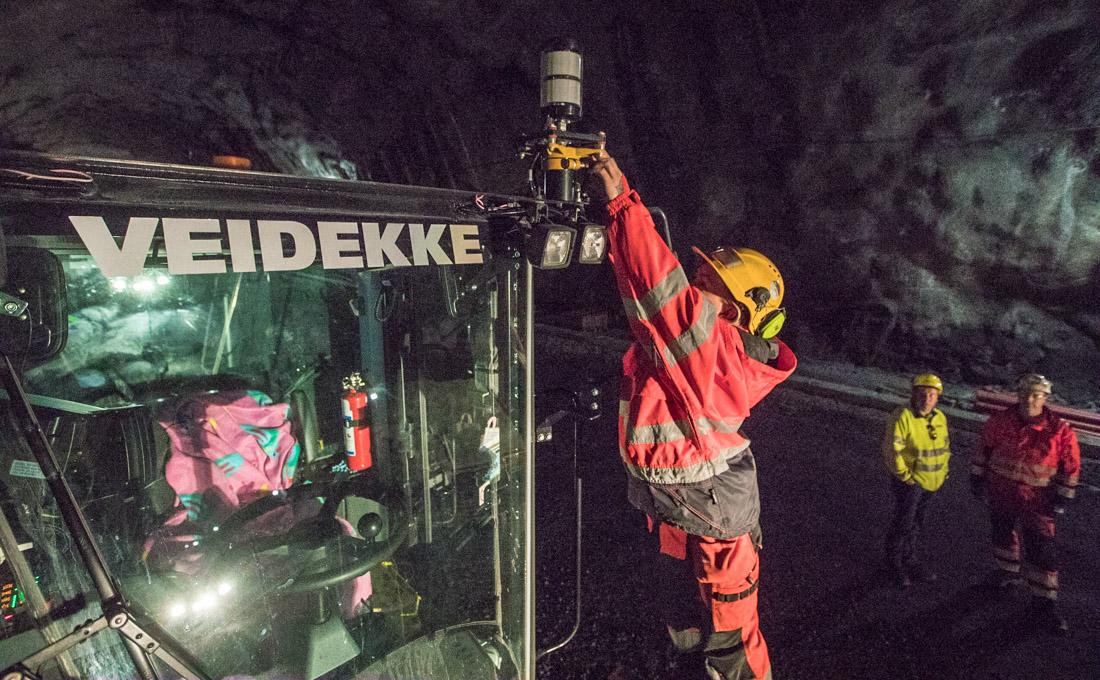 Ida Svean monterer totalstasjon mottaker
