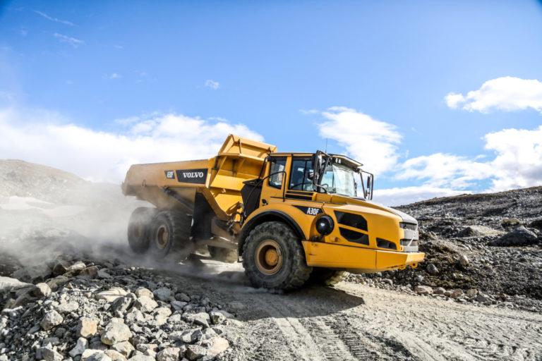 Det går med store mengder stein i prosjektet. Oskar Brugrand har sprengt ut ca. 50.000 kubikk hittil. 20.000 tonn steinmasser har gått med til etablering av midlertidige anleggsveier og opprusting av adkomstveien. (Foto: Runar F. Daler).