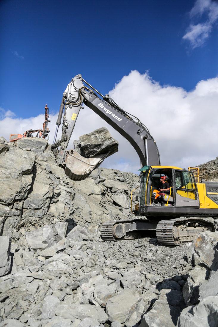En av utfordringene, både på dette og de andre damprosjektene Oskar Brugrand AS har utført, er å produsere de store steinene, over 1 kubikkmeter i volum. Steinen tas ut fra dette dagbruddet like ved dammen. (Foto: Runar F. Daler).
