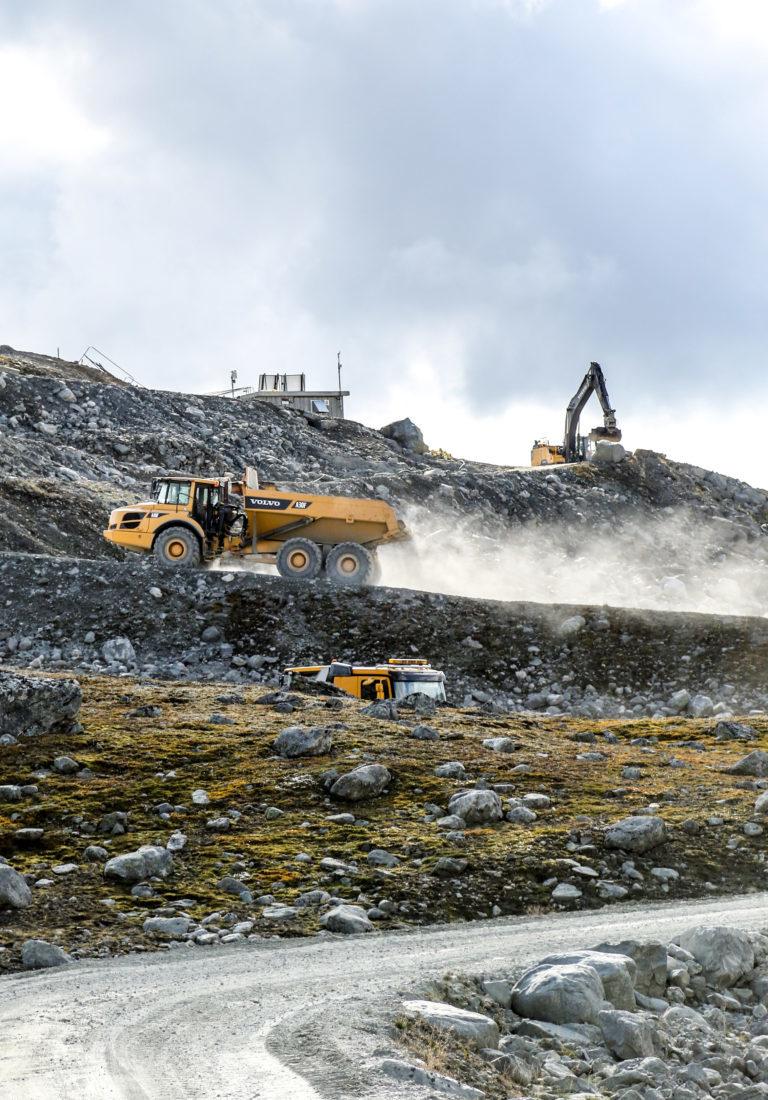 Revegetering skjer svært langsomt på høyfjellet, men på sikt skal terrenget etter steinbruddsdriften gå i ett med terrenget ellers på stedet. Kontrakten til Oskar Brugrand AS innebærer også opprydning og tilsåing av området. (Foto: Runar F. Daler).