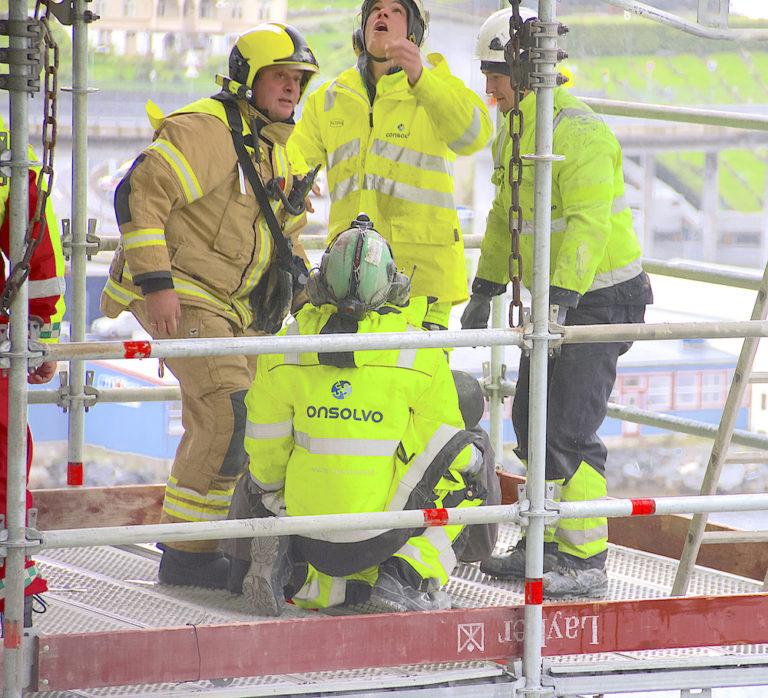 Skal man drive profesjonelt i dag så må HMS være på stell, påpeker hovedverneombud Ståle Stensland i Consolvo. Her tester ansatte og lokalt brannvesen ut beredskapen rett under den værutsatte Måløybrua. (Foto: Consolvo AS).