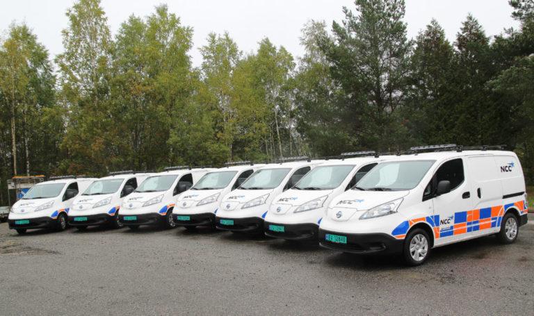 10 flunkende nye e Nissan eNV 200 varebiler – her er sju av dem – rulles i disse dager ut på veiene og på NCCs anlegg i hovedstadsområdet. (Foto: NCC/Robin Stenersen).