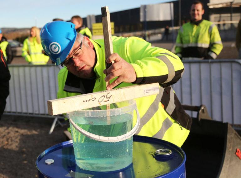 Her der det Stig Dybdahl i OKAB som måler hvor mye vann som har skvulpet under underveis i kjøringen. Jo mer som er sølt ut, jo mer legges til i totaltiden til deltakeren. (Foto: Runar F. Daler).