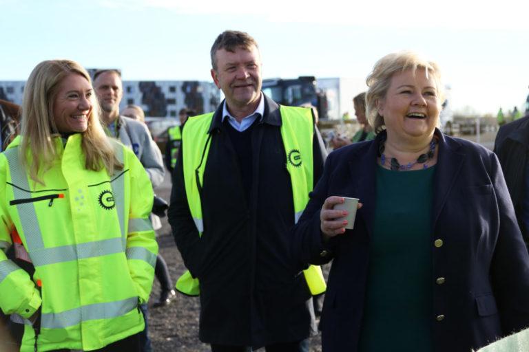 Erna Solberg var i godt slag på Hellerudsletta. Her sammen med Administrende direktør i MEF, Julie Brodtkorb og styreleder i MEF, Arnstein Repstad. (Foto: Runar F. Daler).
