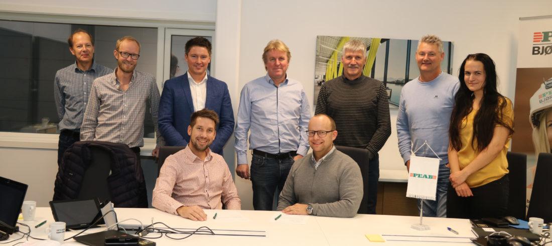 Kontraktssignering: Eier og selger Ole Jørgen Røstad til venstre og administrerende direktør Johan Hansson i Peab Anlegg til høyre. (Foto: Peab).