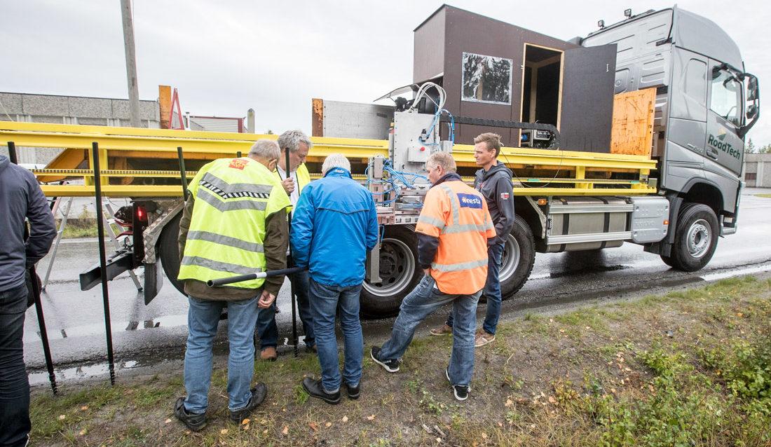 Folk fra Statens vegvesen og entreprenører på demonstrasjon av Roadtechs stikkesetter