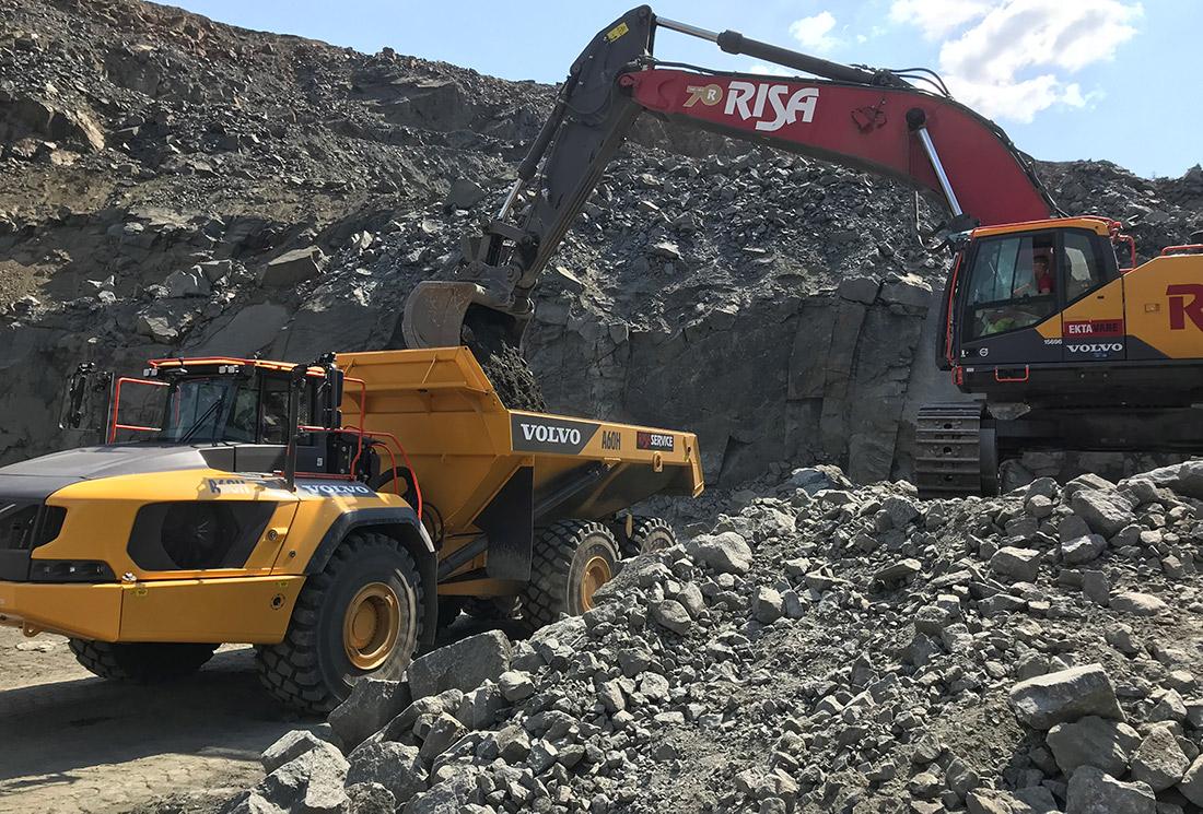 Volvo dumper og graver hos Risa