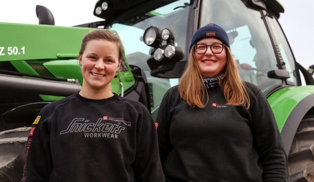 STORTRIVES: Seks av de 27 ansatte hos maskinentreprenøren Stig Kristiansen AS er hentet via NAV-systemet. Blant dem er maskinførerne Madicken Blomqvist (t.v.) og Ingeborg Kjellberg. De stortrives i firmaet. (Foto: Runar F. Daler).