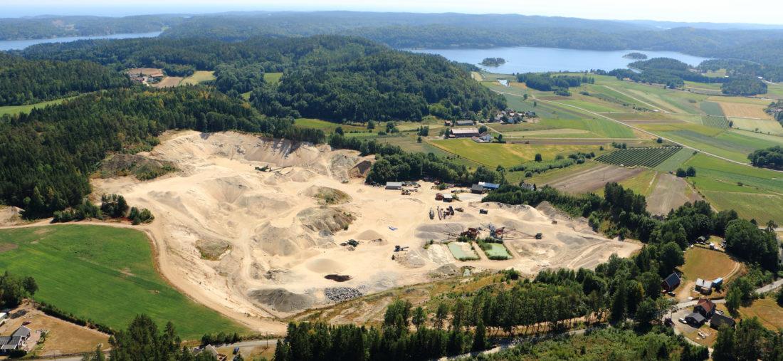 Reddal Sand driver et sandtak (bildet) og åpnet nylig også et steinbrudd. I tillegg har selskapet et par mobile produksjoner. Nå er de også sertifisert som H1-prøvingslaboratorium. (Foto: Reddal Sand).