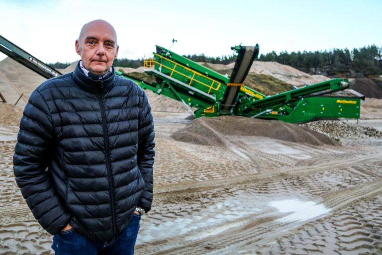 HAR TAKET PÅ KVALITETEN: Kvalitetsleder hos Reddal Sand, Roy van Putten, foran knuseverket ved sandtaket like utenfor Grimstad. (Foto: Runar F. Daler).