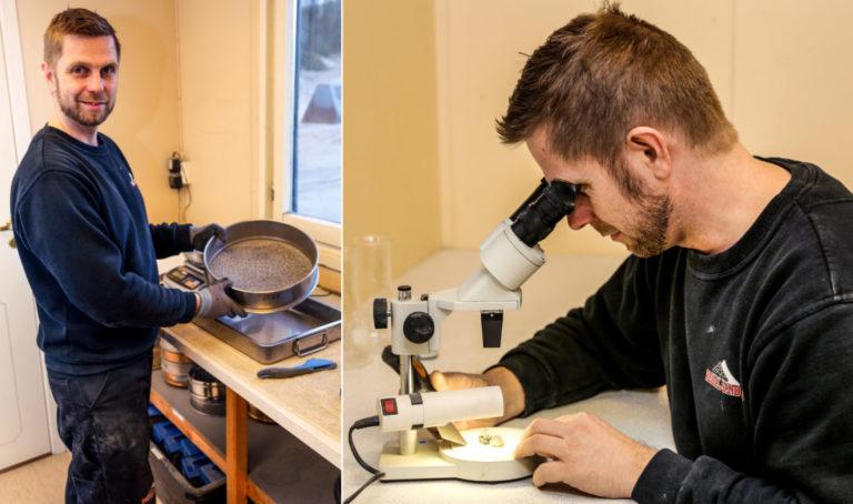 STØ PÅ LABBEN: Laboratorieleder Tore Amdal viser hvordan han sikter massene i ulike fraksjoner, og ved hjelp av mikroskop ser etter glimmer i steinen. (Foto: Runar F. Daler).