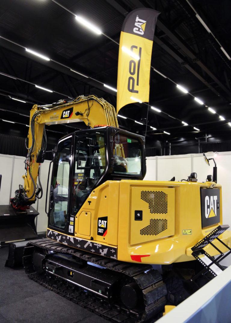 Slike 8-tonnere skal nå bygges om til Z-line. Denne maskinen, som sto utstilt på Arctic Entrepreneur, har blitt testet i all hemmelighet på en jobb på Fornebu en periode. Det er en Cat 307.5, men for at nyheten ikke skulle bli oppdaget er den bare merket som 307. (Foto: Runar F. Daler).