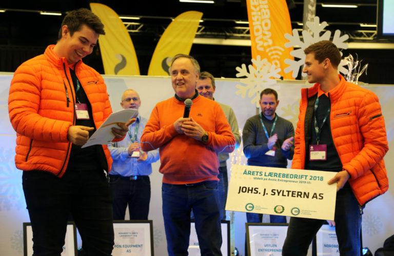 Øystein Syltern inviterte anleggsmaskinførerlærling Ole Askim og anleggsmaskinmekanikerlærling Jesper Haugsnes opp på scenen. Ole fikk overrakt nøkkelen til en splitter ny Cat 326 gravemaskin. (Foto: Runar F. Daler).
