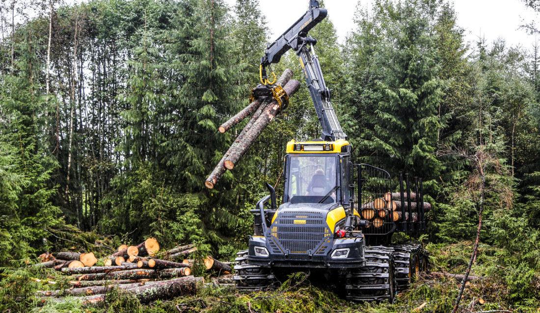 GÅR SÅ DET GRINER: Tømmeravvirkningen har aldri vært høyere her i landet enn i 2018 og det er en enorm etterspørsel etter skogsmaskiner, men det er skrikende behov for folk som kan reparere maskinene. (Foto: Runar F. Daler).