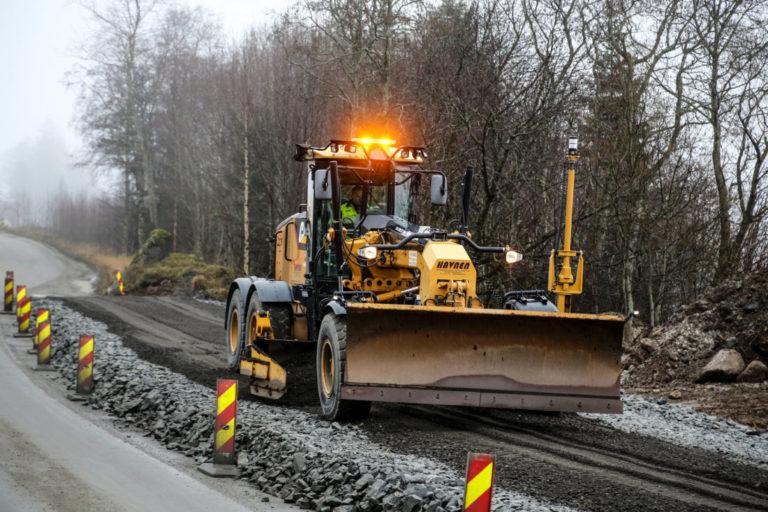 HØVEL: Oddgeir Havnen har en forkjærlighet for doser og veihøvel. Her høvler han grus før asfaltering av ny E39 ved Jølstravatnet i Sogn og Fjordane. (Foto: Runar F. Daler).