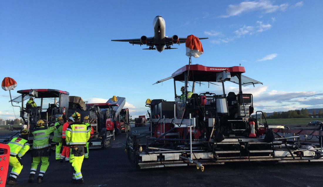 Veidekke har hatt kontinuerlig asfalt- og anleggsarbeider på Oslo lufthavn siden 2014, (bildet er fra mai 2015). I sommer skal selskapet reasfaltere den 2380 m lange og 45 m brede østre rullebanen. (Foto: Veidekke).