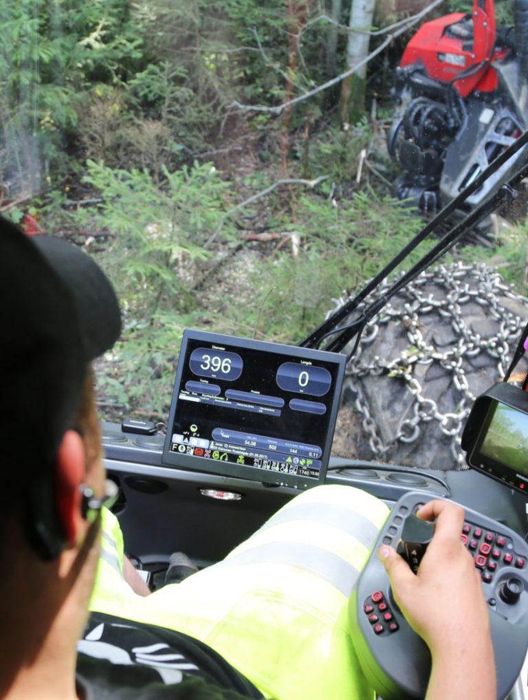 Hogstmaskiner registrerer gjerne i sanntid alle data om tømmerstokken som hogges, samtidig som GPS-en kombinert med karttjenester registrerer nøyaktig hvor maskinen befinner seg til enhver tid. (Foto: Runar F. Daler).